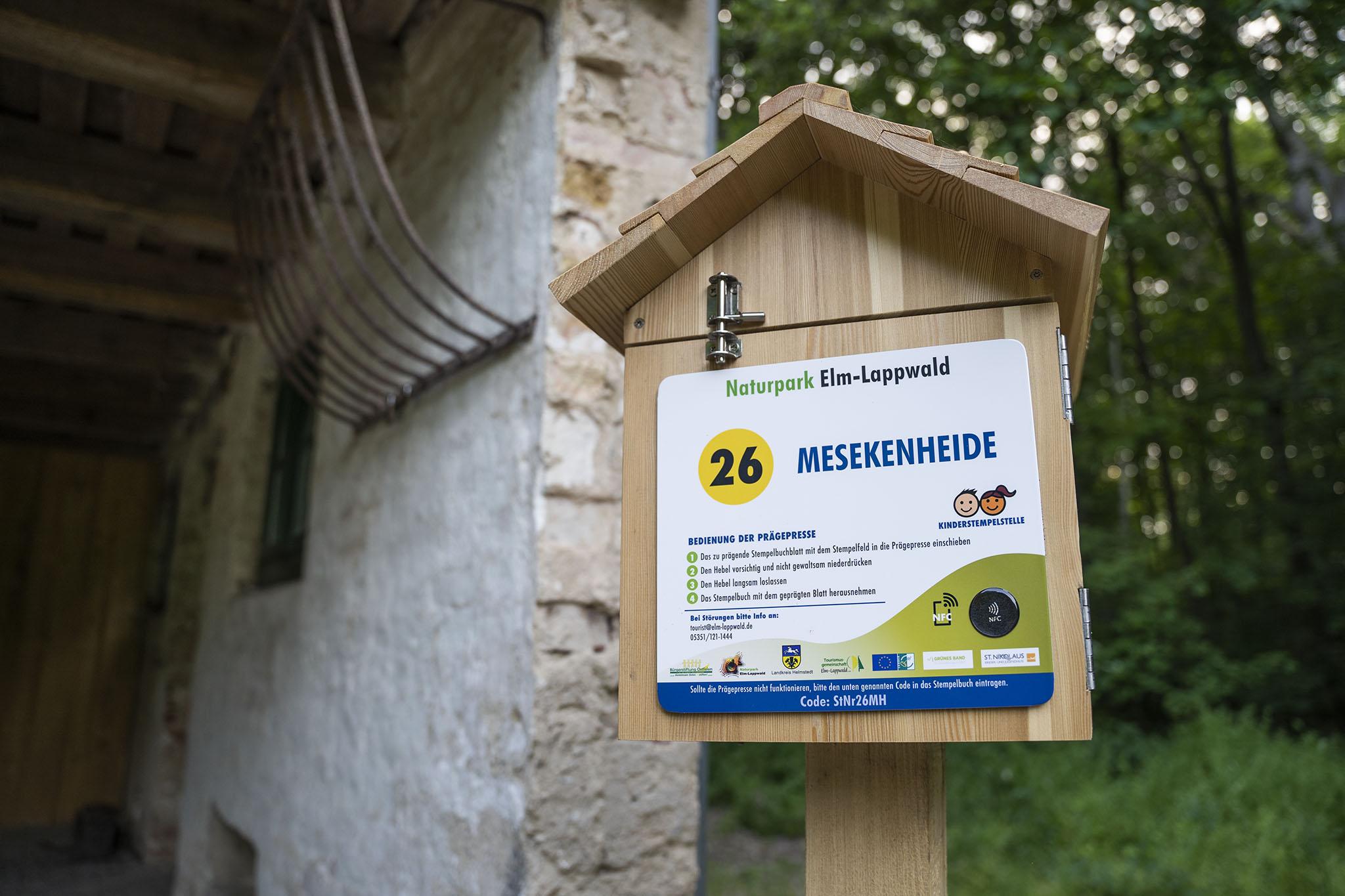 Eines der Stempelhäuschen für das Wanderstempeln auf dem Wanderweg Mesekenheide im Elm-Lappwald. Diese Häuschen beherbergen Stempel für das Wanderheft des Naturpark Elm-Lappwald.
