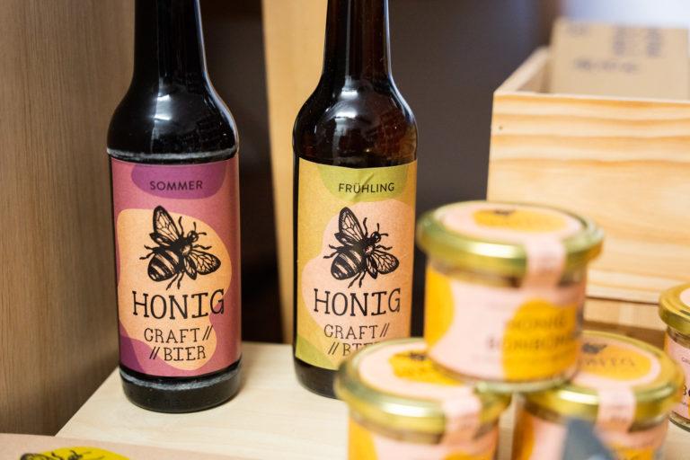 Hof Behn, ein Hofladen in Rümmer, verkauft Honig, Honigbiere, Weine und Öle.